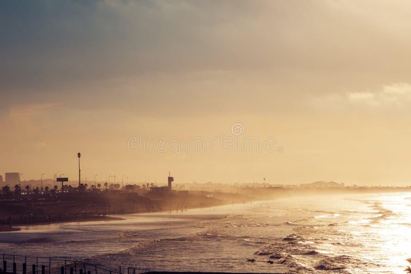 toneelmening van het strand in een zonnige dag stock afbeelding