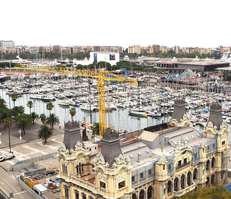 Toneelmening van hierboven van monument van Columbus op haven, Barcelona, Spanje stock foto's