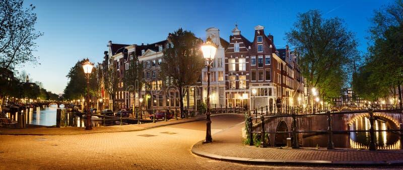 Toneelmening van Keizersgracht-kanaal in Amsterdam in schemering stock foto