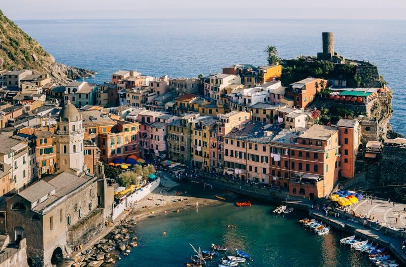 Toneelmening van kleurrijk dorp Vernazza in Cinque Terre, Italië stock foto's