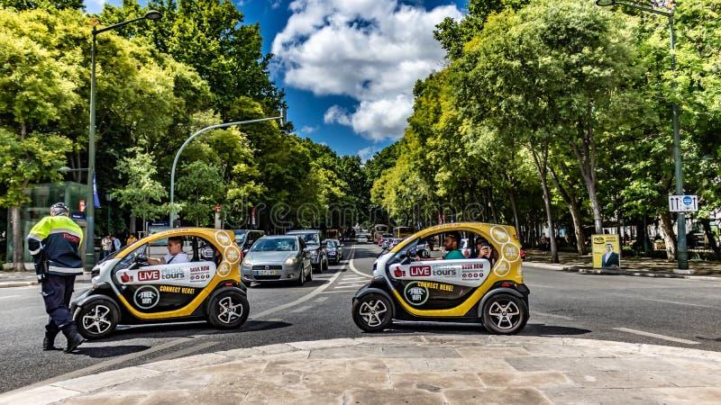 toneelmening van Lisbon& x27; s avenida DE bevrijdt datum 20 kan 2019 Met de bewegende dragende toerist die van de twee toeristen stock foto