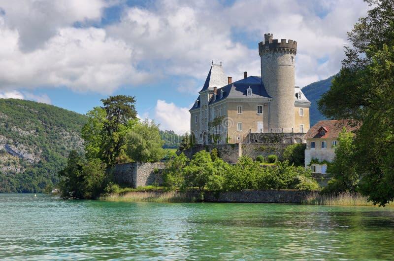 Toneelmening van Meer Annecy en Chateau DE Duingt Duingt Kasteel, Frankrijk stock afbeeldingen