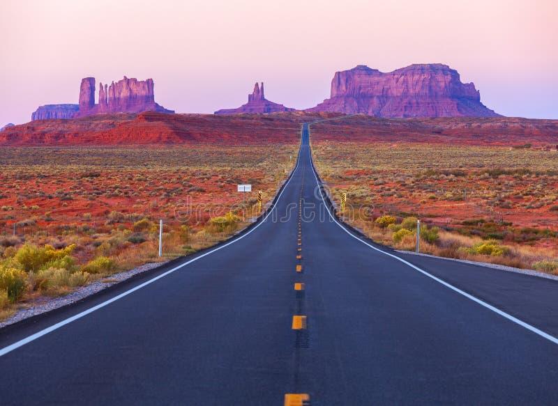 Toneelmening van Monumentenvallei in Utah bij schemering, Verenigde Staten stock afbeelding