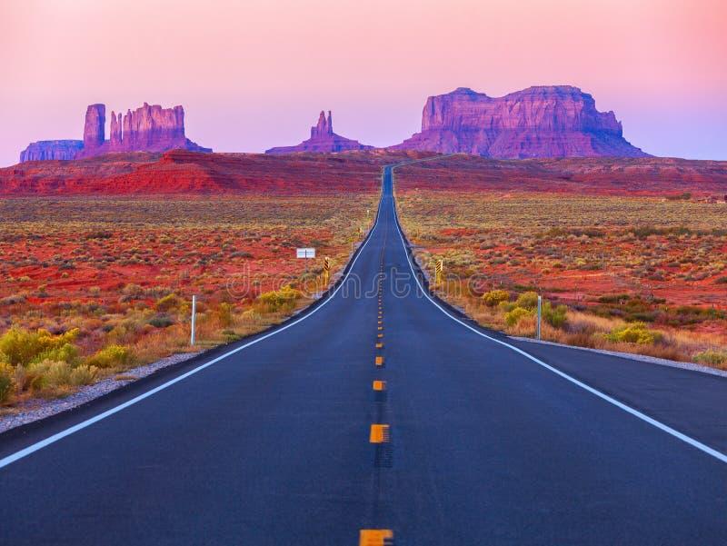 Toneelmening van Monumentenvallei in Utah bij schemering, Verenigde Staten stock afbeeldingen