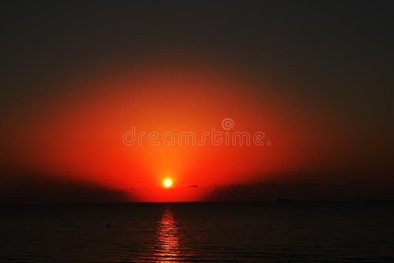 Toneelmening van mooie zonsondergang boven het overzees stock fotografie