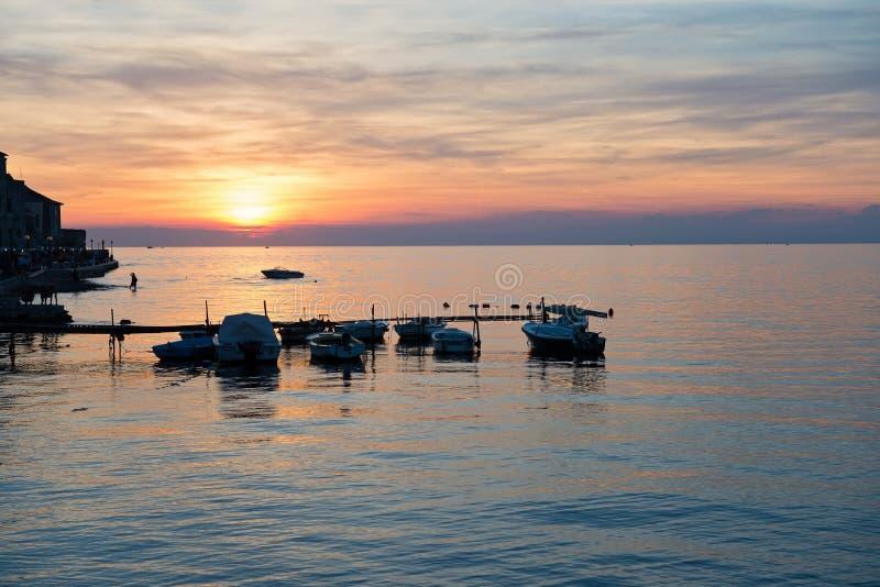 Toneelmening van mooie zonsondergang boven het overzees stock afbeeldingen
