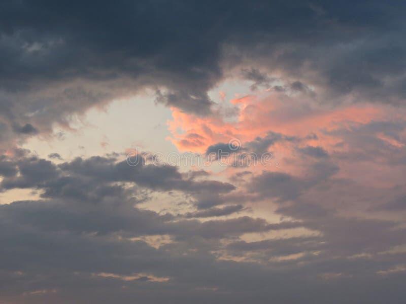Toneelmening van mooie zonsondergang in de avond tijd over het overzees royalty-vrije stock foto's