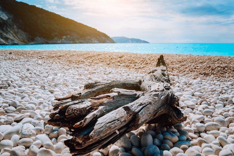 Toneelmening van Myrtos-strand bij zonnige de zomerdag Mooi mediterraan landschap op Kefalonia-eiland, Griekenland Winkelhaak op stock foto's