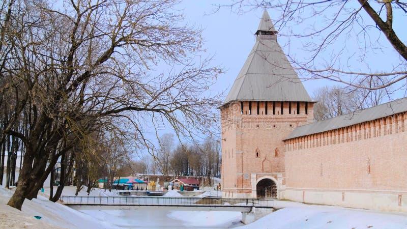 Toneelmening van oude bakstenen muur met torens van oud Voorraadlengte De winterblik van orthodox mannelijk klooster in Rus stock fotografie