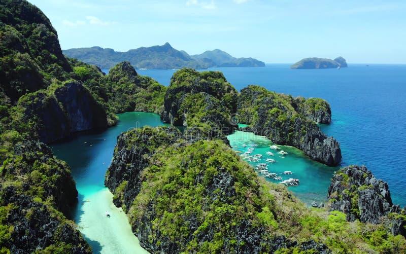 Toneelmening van overzeese baai en bergeilanden, Filippijnen royalty-vrije stock afbeelding