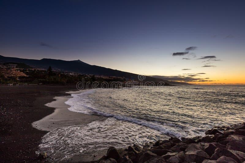 Toneelmening van Punta Brava onderaan een strand met Teide-vulkaan op de achtergrond royalty-vrije stock foto's