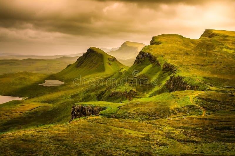 Toneelmening van Quiraing-bergenzonsondergang met dramatische hemel, Scot royalty-vrije stock foto