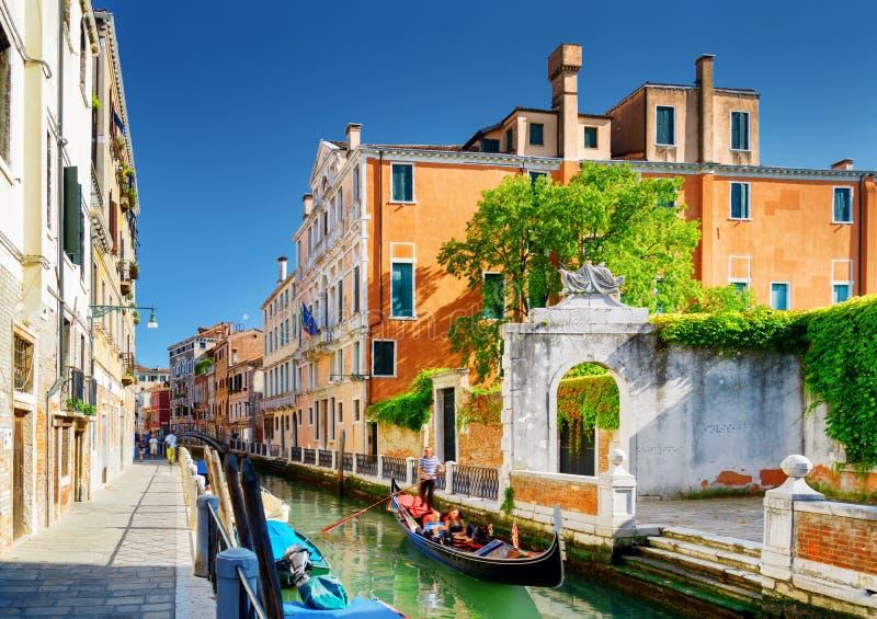 Toneelmening van Rio Marin Canal in Venetië, Italië stock foto