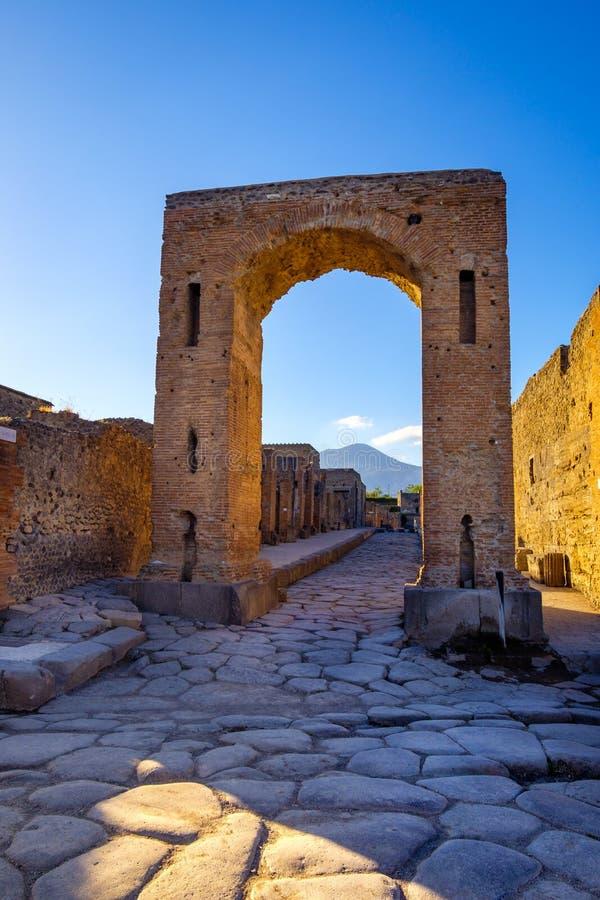 Toneelmening van ruïnes bij stad van Pompei met Vesuvio-achtergrond stock afbeeldingen
