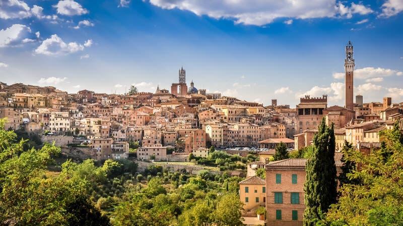 Toneelmening van Siena stad en historische huizen stock foto