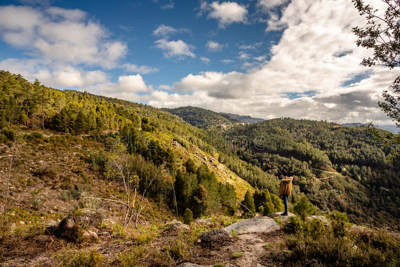 Toneelmening van tiener het letten op bij zonsondergangbergen, peneda-Geres Nationaal Park, noordelijk Portugal royalty-vrije stock afbeeldingen