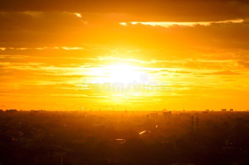 Toneelmening van Zonsondergang met wolken royalty-vrije stock foto