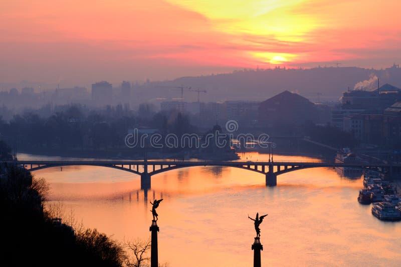 Toneelmening van zonsopgang over de rivier en één van de bruggen van Praag ` s royalty-vrije stock afbeeldingen