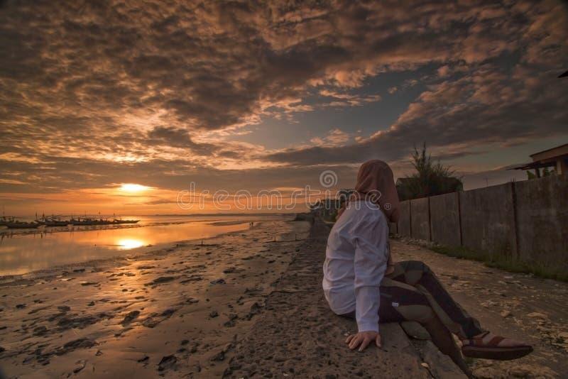 Toneelmening van zonsopgang in Tuban-strand Oost-Java Indonesië stock foto