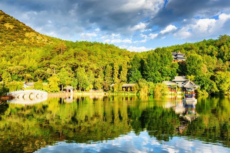 Toneelmening van Zwart Dragon Pool in Lijiang, China royalty-vrije stock afbeeldingen