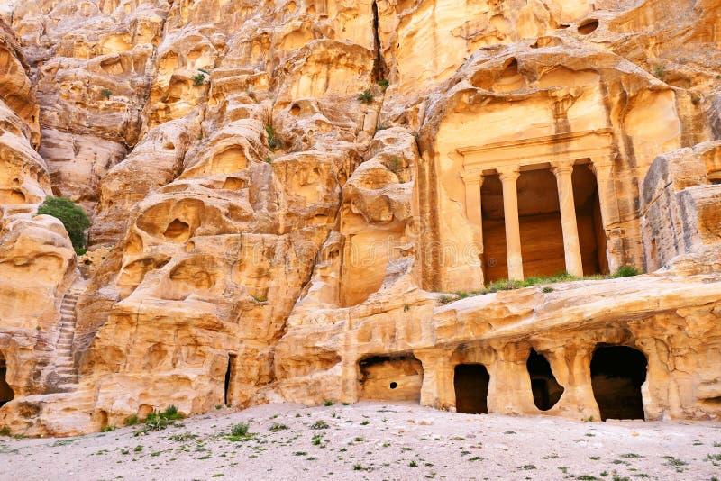 Toneelmenings Oude rots-Besnoeiing Colonnaded Triclinium en Trapruïnes in Weinig Petra, Jordanië stock afbeelding