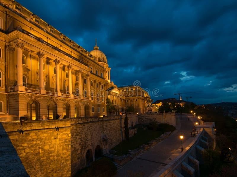 Toneelnacht scape van Buda Castle of Royal Palace, Boedapest, Hongarije stock foto