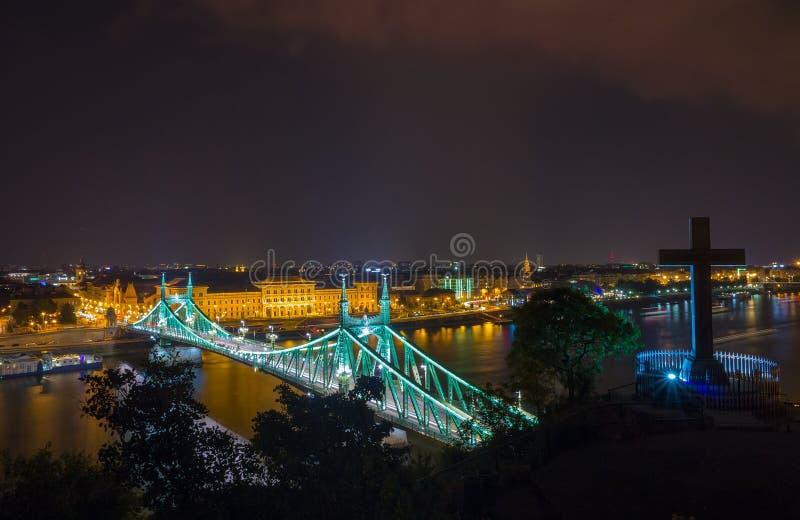 Toneelnacht scape van de rivier van Boedapest Donau en Vrijheidsbrug in backlight royalty-vrije stock foto's
