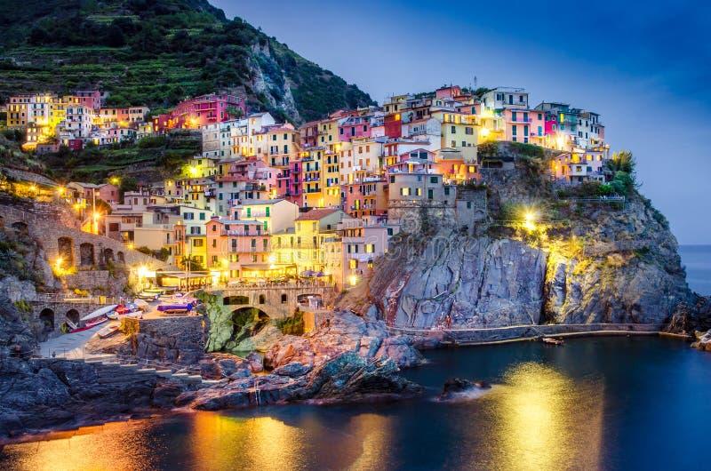 Toneelnachtmening van kleurrijk dorp Manarola in Cinque Terre stock foto