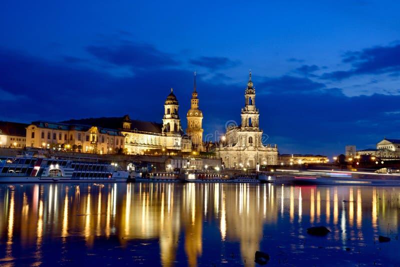 Toneelnachtmening van oud Dresden over de rivier Elbe saksen stock afbeeldingen