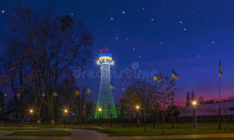 Toneelnightscape van de eerste toren van het hyperboloidwater van ingenieur Shukhov in Cherkasy, de Oekraïne stock fotografie