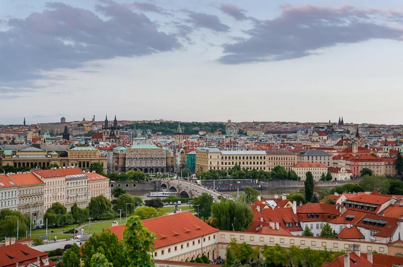 Toneelpanorama van bruggen op de Vltava-rivier en het historische centrum van Praag, Tsjechische Republiek op zonsondergang royalty-vrije stock foto