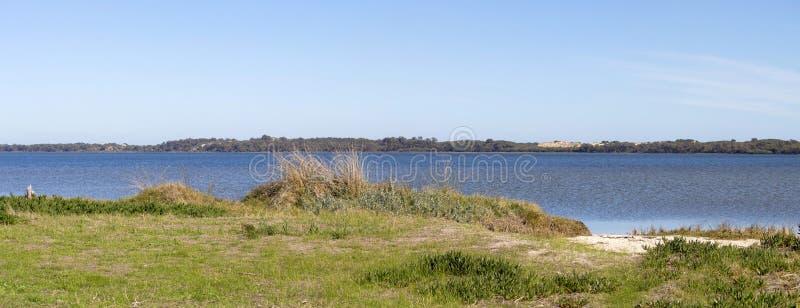 Toneelpanorama van walkpath langs het Leschenault-Estuarium Bunbury Westelijk Australië stock foto's