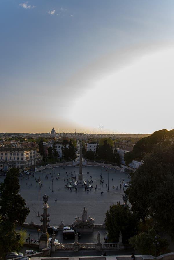Toneelplein met monument en duidelijke zonnige hemel royalty-vrije stock foto