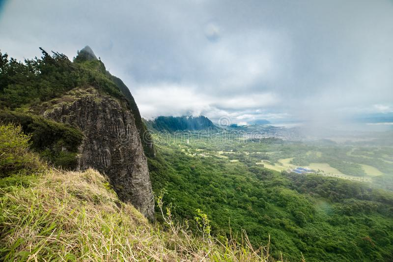 Toneelsatellietbeeld aan vallei in het eiland van Oahu, Hawaï bij regenachtige bewolkte dag royalty-vrije stock fotografie