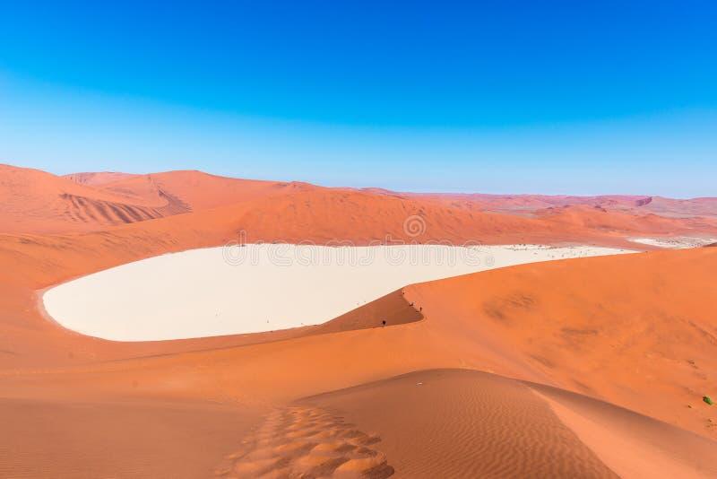 Toneelsossusvlei en Deadvlei, klei en zoute die pan door majestueuze zandduinen wordt omringd Het Nationale Park van Namibnaukluf royalty-vrije stock afbeelding