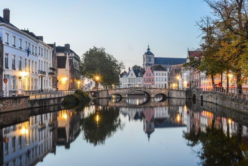Toneelstadsmening van het kanaal van Brugge bij nacht stock afbeelding