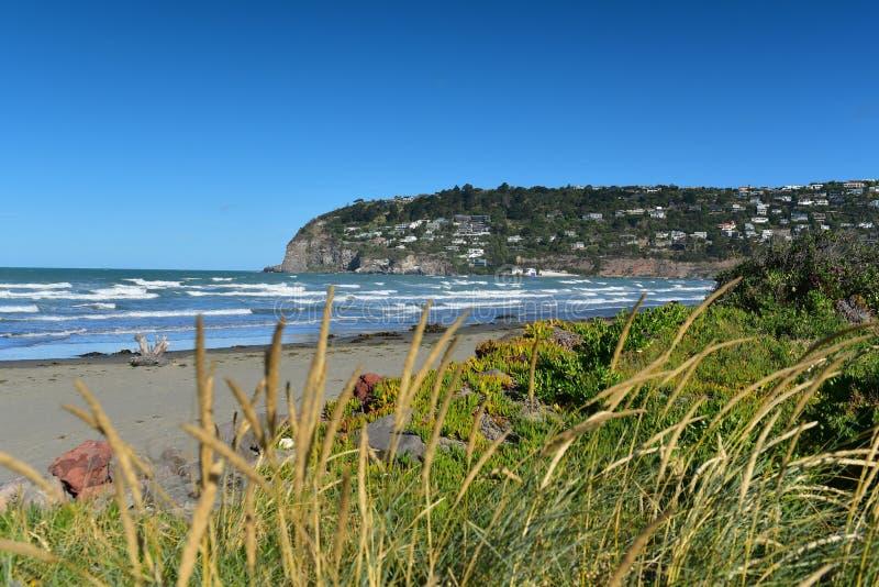 Toneelsumner beach en omringende heuvels in Christchurch stock afbeelding