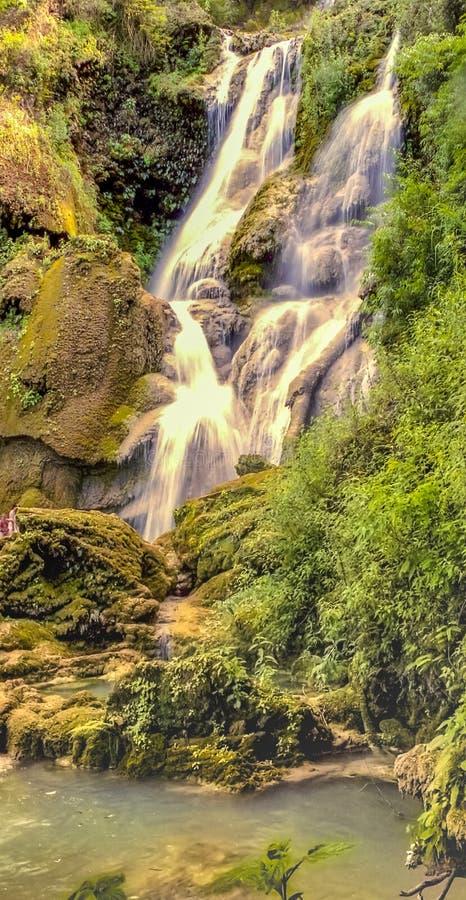 Toneelwatervallenmening in Laos stock foto