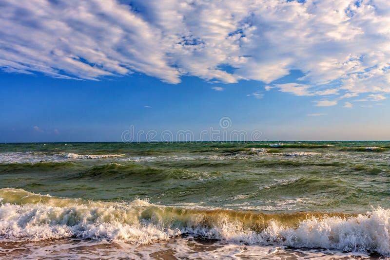 Toneelzeegezicht met het surfen golven die op de zandige kust van de Zwarte Zee door Anapa breken op zonnige dag royalty-vrije stock foto
