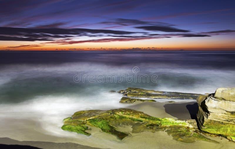 Toneelzonsondergang en Dramatische Hemelkleuren op Windansea-Strand La Jolla Californië stock foto