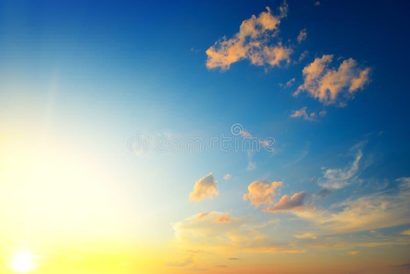 Toneelzonsondergang met zonstralen tegen heldere blauwe hemel stock foto