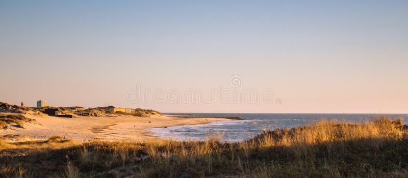 Toneelzonsondergang op de strand horizontale mening Avondschemer op kust Kalm zeegezicht Uitgestrektheidsconcept Avondlicht op ku royalty-vrije stock afbeelding