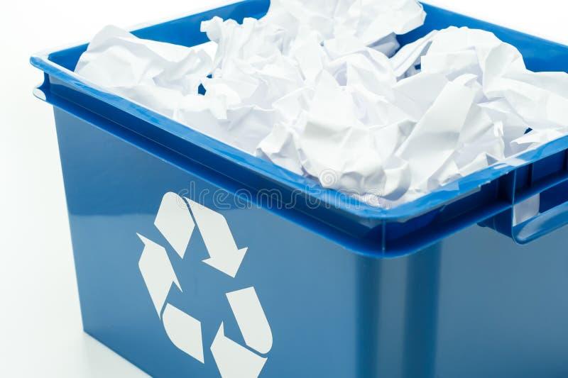 Tonel azul de reciclaje con la basura del papel fotos de archivo