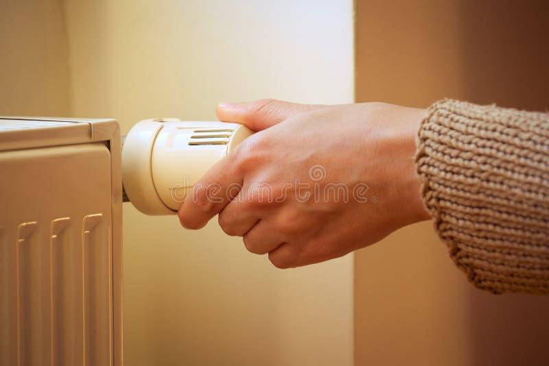 Tonelada De Calor Com Válvula Termostática De Regulação Da Mão Feminina Com Vignette imagens de stock