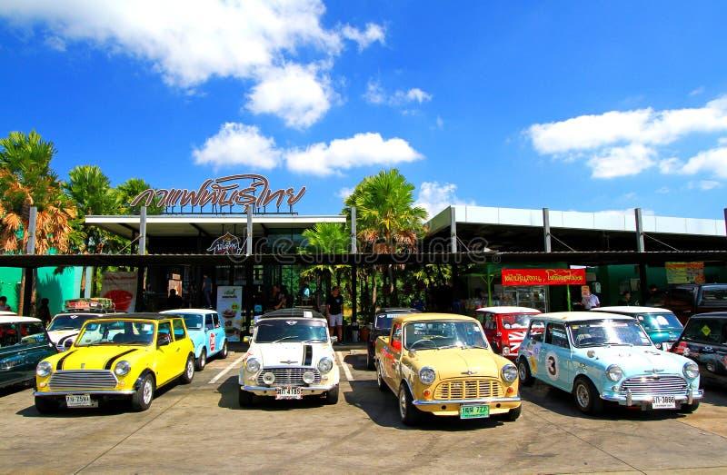 Tonelero clásico colorido de Mini Austin que parquea en la calle delante de la cafetería tailandesa imágenes de archivo libres de regalías
