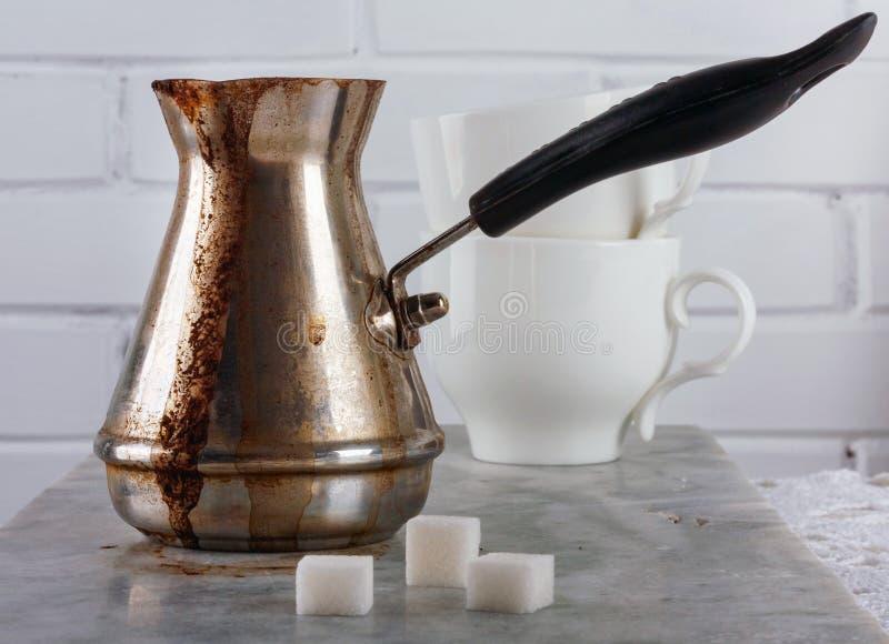 Tonelero turco con café recientemente preparado en una tabla de mármol fotos de archivo libres de regalías