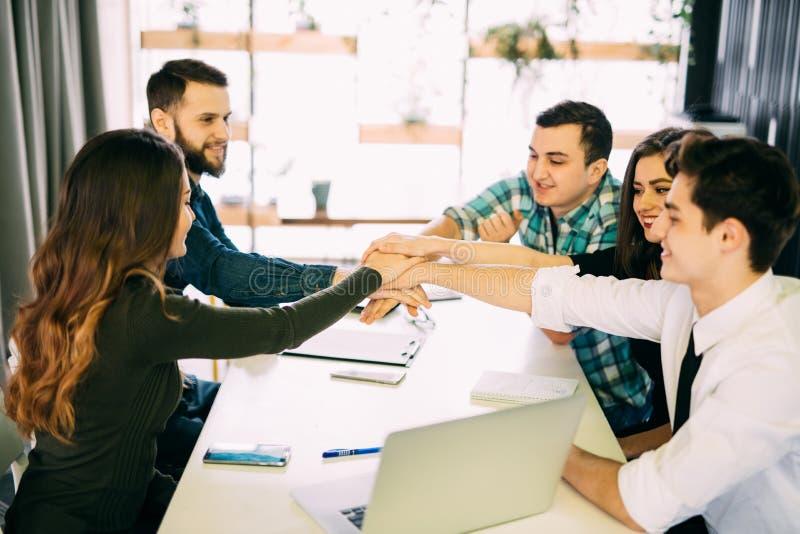 Tonen de team gezette handen samen, verbinding en alliantie, hoogste mening van werkende lijst Teambuilding in bureau, jonge zake stock afbeelding