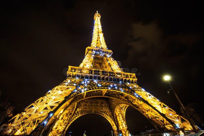 Tonen de de Toren lichte prestaties van Eiffel in schemering Parijs, Frankrijk royalty-vrije stock fotografie