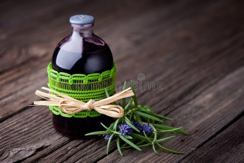 Toner naturel de cheveux de romarin et de vin diy photographie stock libre de droits