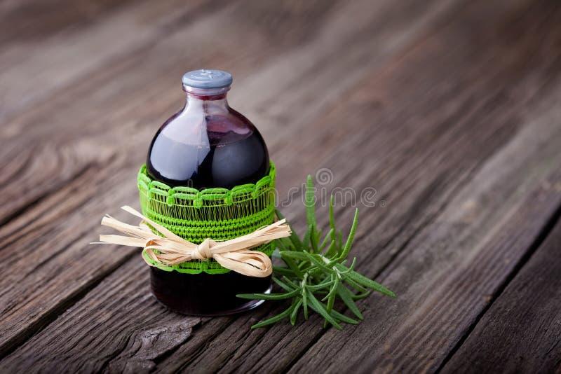 Toner naturel de cheveux de romarin et de vin diy images stock